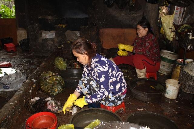 Hàng chục con gia cầm được giết mổ trong điều kiện vệ sinh kém tại chợ Nghĩa Dõng
