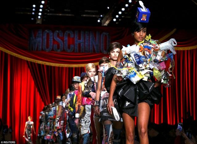 Những trang phục lạ mắt được giới thiệu trong show diễn...