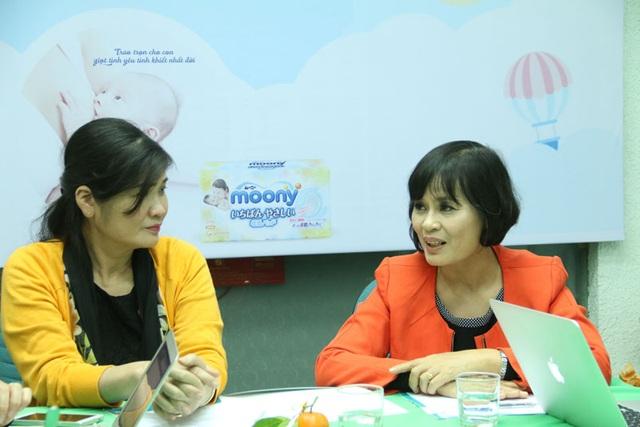 PGS.TS Lưu Thị Hồng và ThS. BS Lê Thị Hải đang cùng nhau trao đổi về cách nuôi con bằng sữa mẹ (Ảnh: Trọng Trinh)