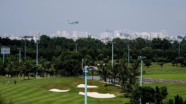 Vừa đánh golf vừa có thể ngắm máy bay lên xuống.