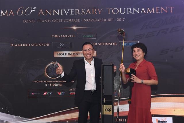 Golfer nữ Trần Phương Lan là người đạt giải thưởng giá trị nhất giải đấu - gậy Honma Driver trị giá 118 triệu đồng