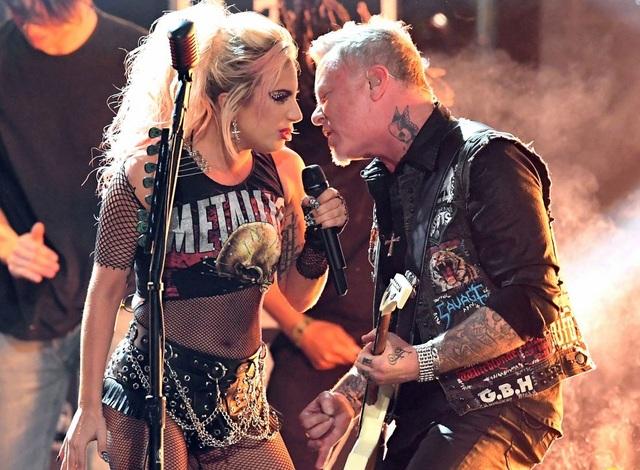 Lady Gaga song ca cùng nhóm Metallica trên sân khấu Grammy năm 2017.