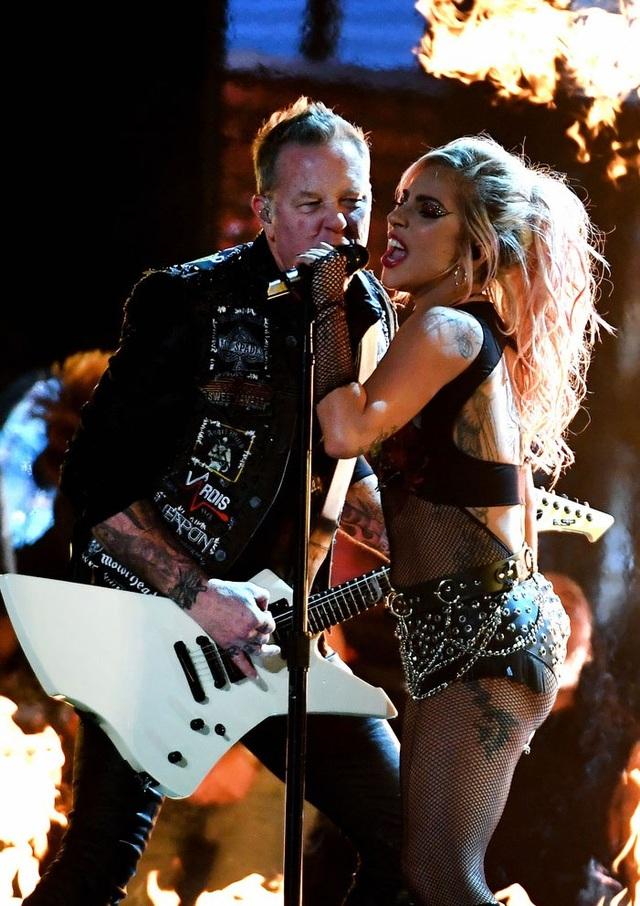 Phần trình diễn đã bị gián đoạn khi giọng ca của Metallica - James Hetfield gặp sự cố về âm thanh. Mic của anh không thể hoạt động khiến phần biểu diễn của anh bị mất tiếng. James buộc phải tiến tới gần Lady Gaga để hát chung mic với cô.