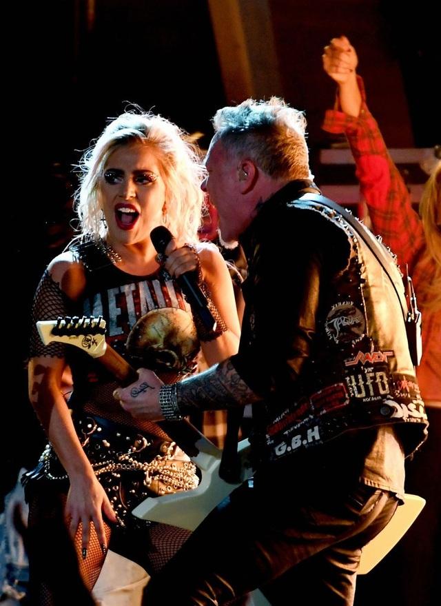 Cuối phần biểu diễn, James đã ném chiếc guitar điện của mình sau cánh gà vì bức xúc. Song, fan vẫn cảm thấy hài lòng với phần diễn rất máu lửa của Lady Gaga và nhóm Metallica.