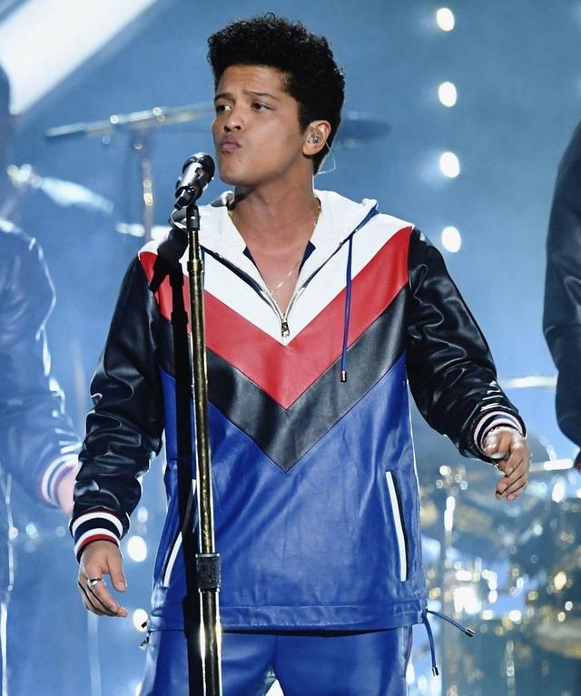 Bruno Mars trình diễn ca khúc Thats What I Like tại lễ trao giải Grammy năm 2017.