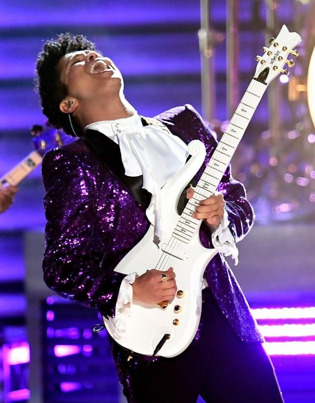 Bruno Mars trình diễn tưởng nhớ Prince, một trong những ngôi sao ca nhạc đã ra đi trong năm 2016.