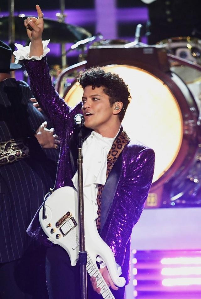 Anh thể hiện ca khúc The Bird, Let's Go Crazy, và Jungle Love, những ca khúc gắn liền với tên tuổi của Prince.