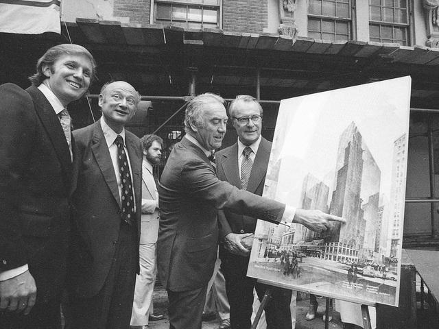 Một trong những hợp đồng đầu tiên và quy mô lớn nhất trong sự nghiệp kinh doanh của Donald Trump là nâng cấp khách sạn Commodore ở New York, vốn đang chuẩn bị phá sản, và chuyển tên thành khách sạn Grand Hyatt. Ông Trump đã thuyết phục thành công chính quyền thành phố New York giảm thuế lên tới 40 năm cho Grand Hyatt. Trong ảnh: cựu Thống đốc New York Hugh Carey và doanh nhân Donald Trump giới thiệu bản thiết kế khách sạn Grand Hyatt ngày 28/6/1978 (Ảnh: AP)