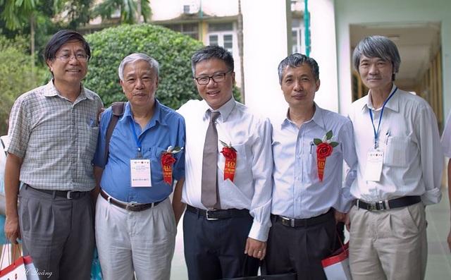 GS Hà Huy Khoái (áo xanh) cùng GS Ngô Bảo Châu và các cộng sự.