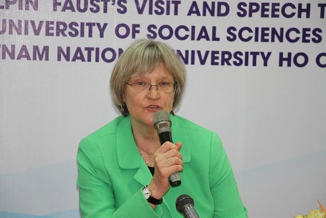 Nữ giáo sư sử học chia sẻ những vấn đề về nữ quyền trong buổi họp báo