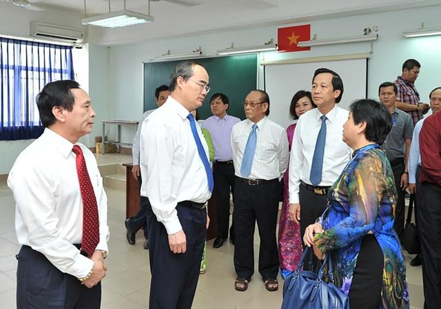 GS.TS. Nguyễn Thiện Nhân trao đổi với các cán bộ, giảng viên trường ĐH Nguyễn Tất Thành.