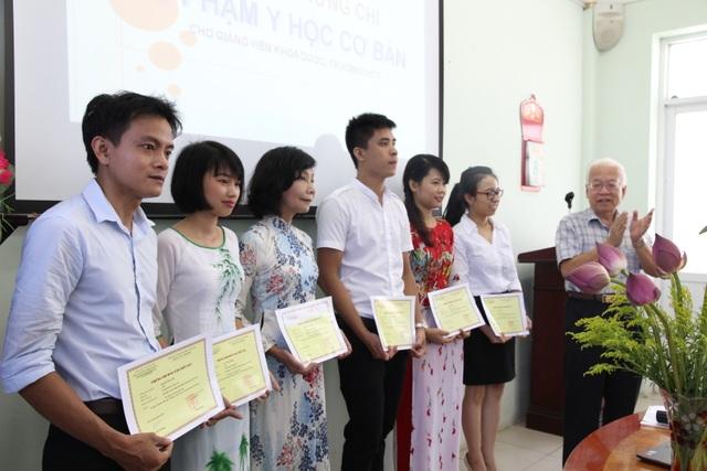 GS. Phạm Mạnh Hùng (ngoài cùng, bên phải), Chủ tịch Tổng hội Y Dược Việt Nam trao chứng chỉ sư phạm cho giảng viên khoa Dược ĐH Thành Tây.