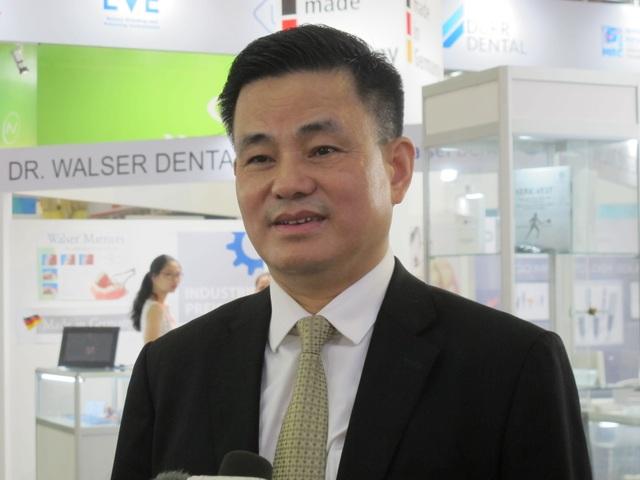 GS.TS Trịnh Đình Hải khuyến cáo người dân vệ sinh răng miệng đúng cách, khám răng miệng định kỳ 6 tháng/lần để kịp thời phát hiện, xử lý các bệnh răng miệng ở giai đoạn sớm. Ảnh: H.Hải