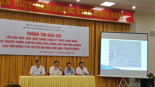 GS Nguyễn Viết Tiến, Thứ trưởng Bộ Y tế thông tin về ca bệnh thành công đầu tiên, bố mẹ mang gen bệnh thalassemia sinh con hoàn toàn khỏe mạnh. Ảnh: H.Hải