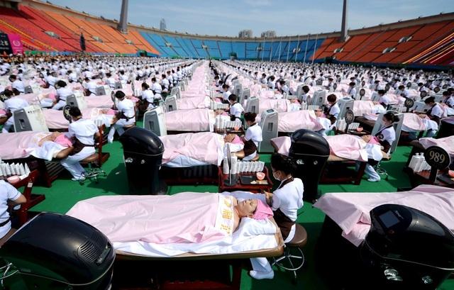 1000 người cùng được massage đồng loạt tại một trung tâm thể thao ở Trung Quốc.