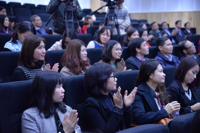 Giảng viên trường ĐH Hà Nội vui mừng tại buổi lễ đón nhận trường đạt kiểm định chất lượng giáo dục