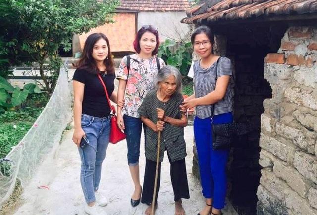 Cô giáo Trang (bìa phải) cùng những người bạn đến thăm hoàn cảnh khó khăn.