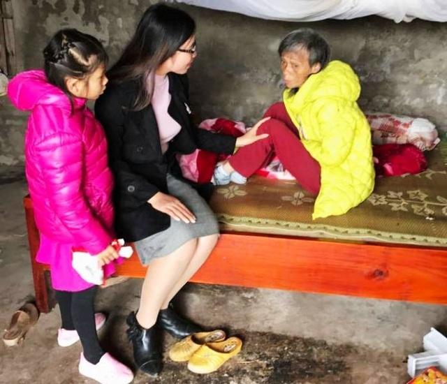 Hai mẹ con cô giáo Trang cùng đến thăm một cụ già có hoàn cảnh khó khăn.