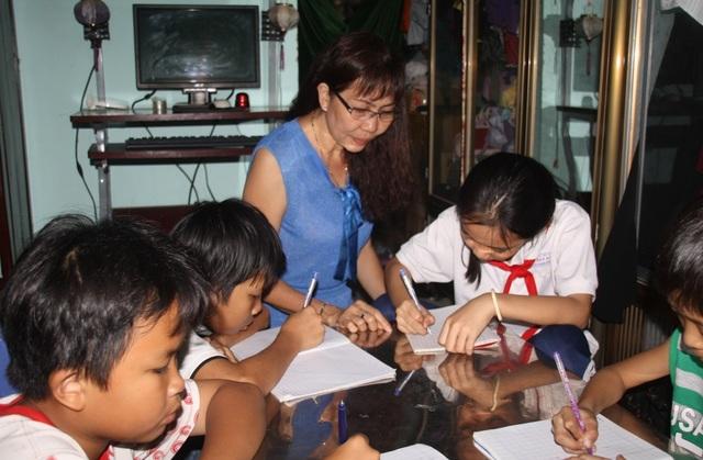 Đồng cảm với các em nhỏ bán vé số không được đến trường, khoảng năm 2009, cô Liêu Thị Mỹ Hiếu mở lớp học tình thương dạy chữ miễn phí cho các em nhỏ bán vé số và các em nhỏ có hoàn cảnh khó khăn ở địa phương