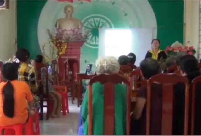 Nhân viên công ty Tiên Thảo giới thiệu công dụng máy tạo khí ozone cho người dân phường An Thạnh, huyện Hồng Ngự