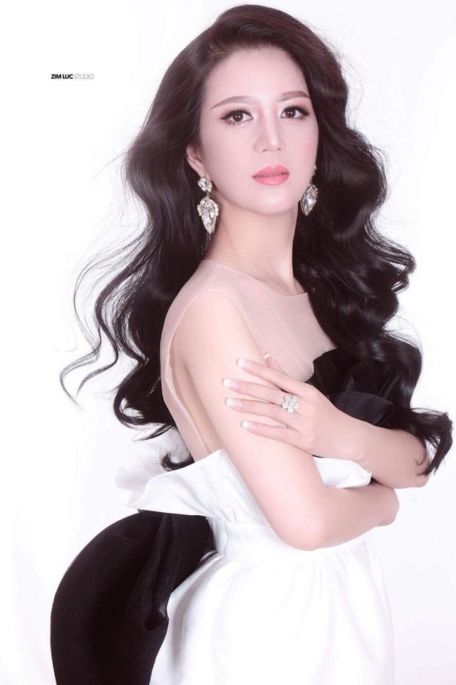 """Hơn 10 năm trước, ca sĩ Đinh Hiền Anh là một tên tuổi quen thuộc với khán giả yêu nhạc, được mệnh danh """"Nữ hoàng phòng trà"""" tại Hà Nội. Mới đây, cô trở lại showbiz trong vai trò """"nàng thơ"""" của âm nhạc Vũ Thành An tại Hà Nội."""
