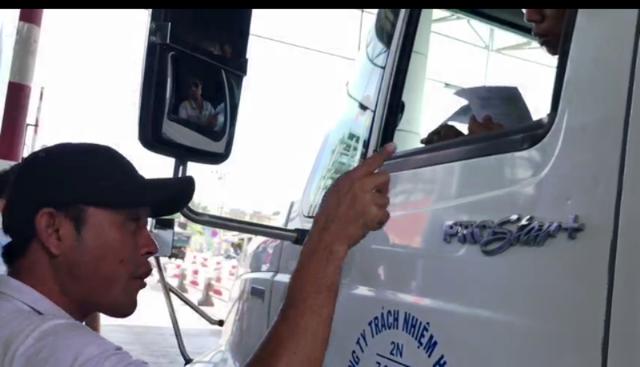 Vào buổi sáng thu phí 2/12 tại trạ BOT Cai Lậy xuất hiện một đối tượng hăm dọa tài xế. Đối tượng này yêu cầu các tài xế nhanh chóng cho xe qua trạm, không được thắc mắc?