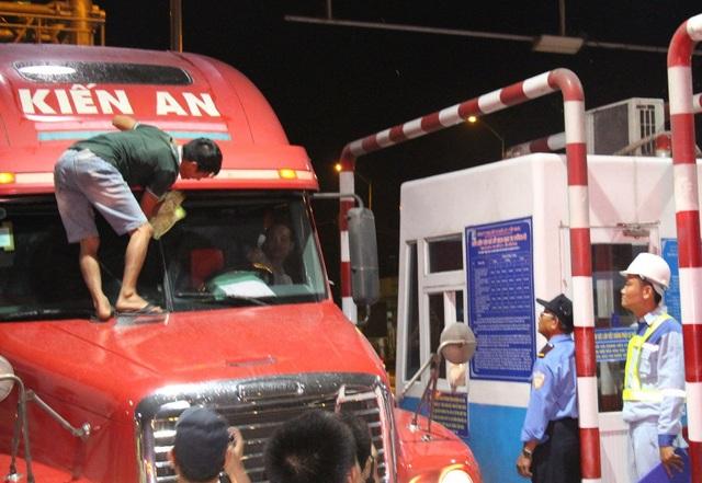 Đặc biệt, trong buổi tối thu phí ngày 2/12, một tài xế cho xe đậu trước barie rồi leo lên mui xe lau kính...