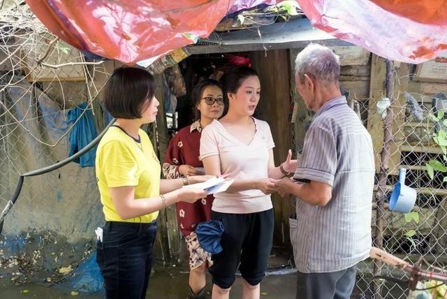 Hiền Anh đi thăm và trao 50 triệu đồng cho những gia đình có hoàn cảnh khó khăn, chịu thiệt hại nặng nề tại một số vùng ở huyện Hưng Nguyên và xã Hưng Hoà, TP Vinh.