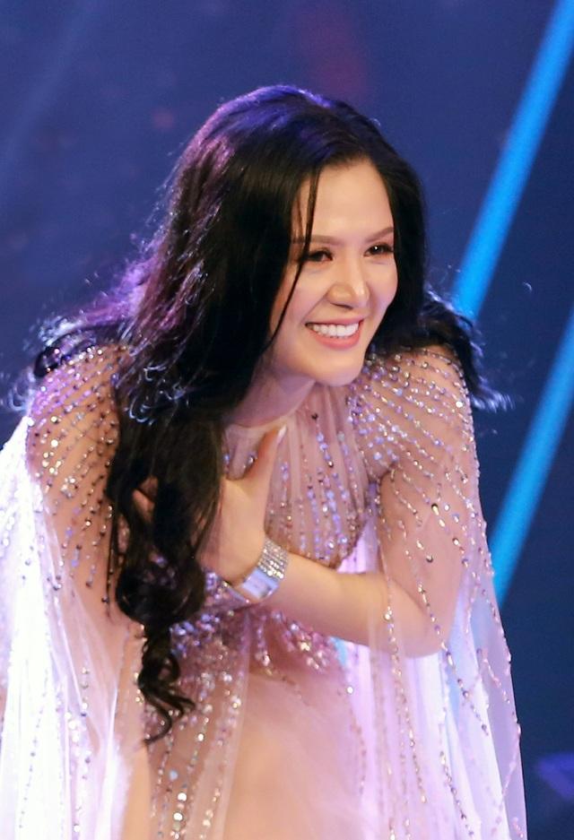 Sau mỗi tiết mục biểu diễn, Hiền Anh đều dành những lời cảm ơn chân thành đến khán giả thành Vinh đã chào đón, dành cho cô sự cổ vũ nhiệt thành.