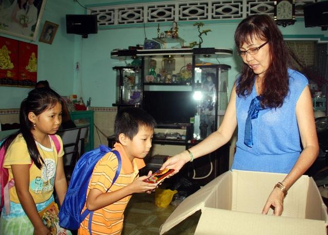 Ngoài việc dạy chữ miễn phí cho các em nhỏ, cô Hiếu còn thường xuyên tặng bánh, kẹo cho các em