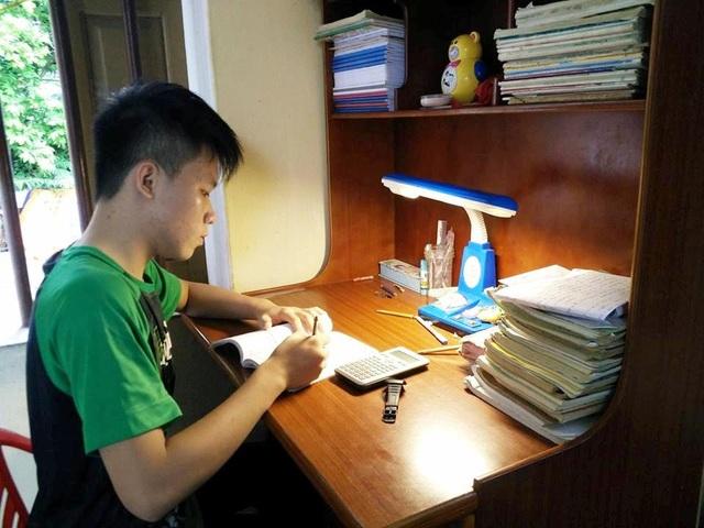 Nhà nghèo, bố mẹ bệnh tật, Quang luôn bỏ qua mọi mặc cảm, tự ti để vươn lên học giỏi.