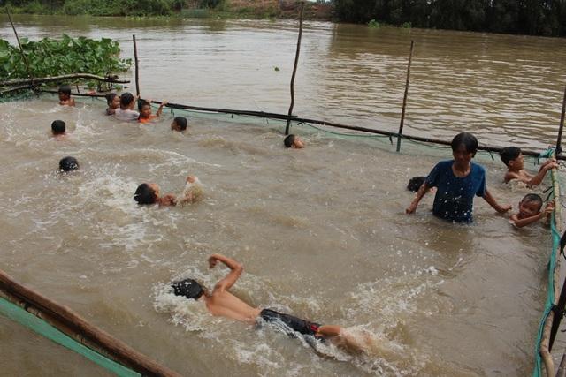 Từ sự tận tâm, chu đáo nên lớp học của bà Sáu Thia mỗi ngày một đông, Tính đến nay bà Sáu Thia đã dạy bơi cho hơn 2.000 trẻ em ở địa phương.