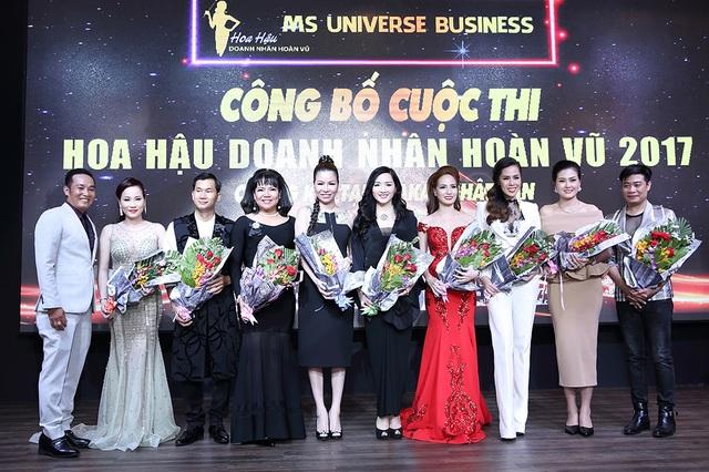 Hoa hậu Đền Hùng Giáng My (thứ 6 từ trái sang) tham gia thành phần ban giám khảo