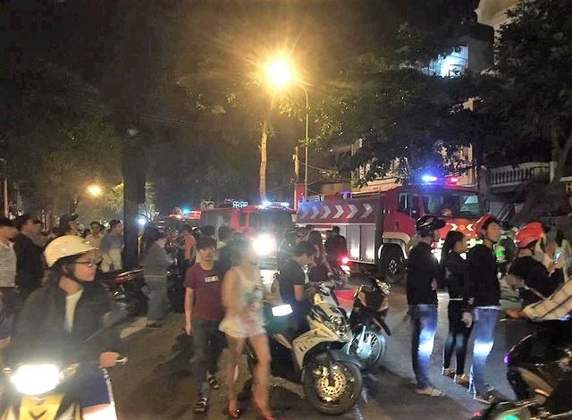 Lực lượng chức năng huy động 3 xe chữa cháy đến hiện trường
