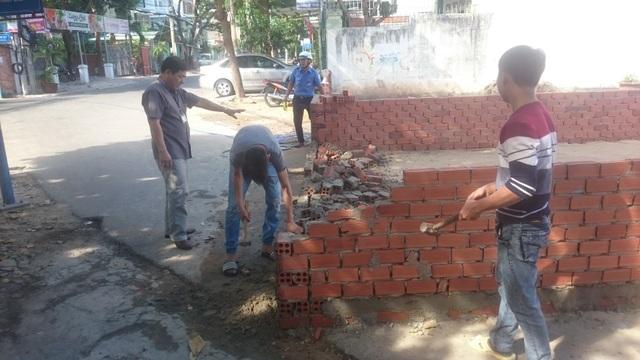 Sau khi vận động chủ nhà đã tự nguyện tháo dỡ phần tường rào dài 8m