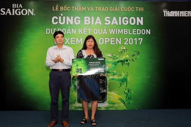 Nhà báo Đức Trung, Phó tổng thư ký tòa soạn báo Thanh Niên trao giải nhất cuộc thi giai đoạn 1 .