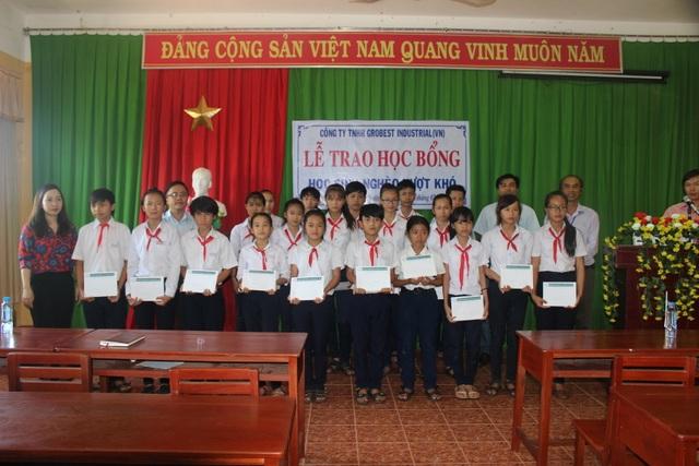 Thầy trò trường Phước Thuận chụp ảnh lưu niệm với đại diện công ty