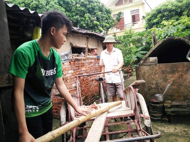 Quang phụ giúp bố làm các công việc nhà để trưởng thành hơn, sau này vào môi trường mới để có thể tự lập.