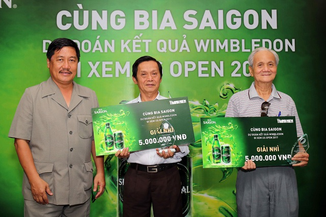 Ông Đoàn Quốc Cường, Tổng thư ký Liên đoàn quần vợt Việt Nam trao giải nhì cho hai đọc giải của giai đoạn 1.