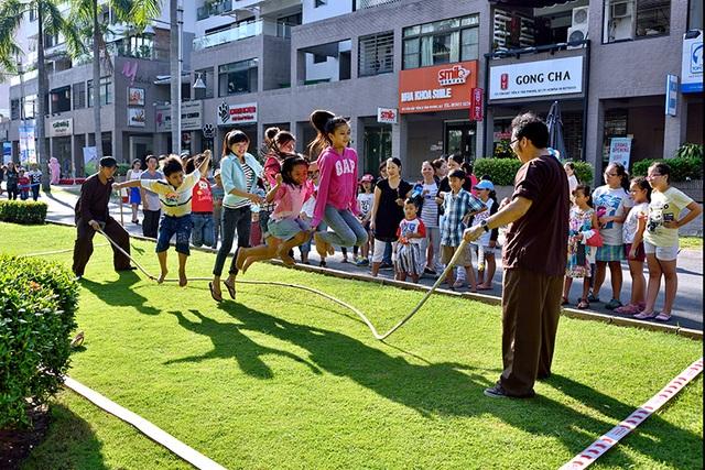 Các cửa hàng tại Panorama – cửa ngõ vào phố đi bộ Kênh Đào thu hút khá nhiều các thương hiệu F&B trong nước và quốc tế như Starbucks, Gong Cha, Tour les Jours…