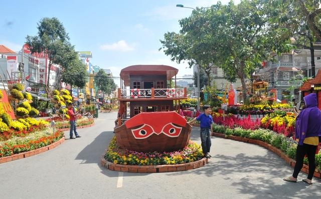 Mô hình một chiếc thuyền du lịch cũng được bày trí trên đường hoa