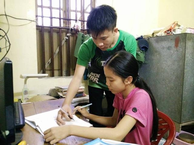 Ngoài thời gian học cho mình, Quang còn giúp bố mẹ kèm cặp em gái học bài.