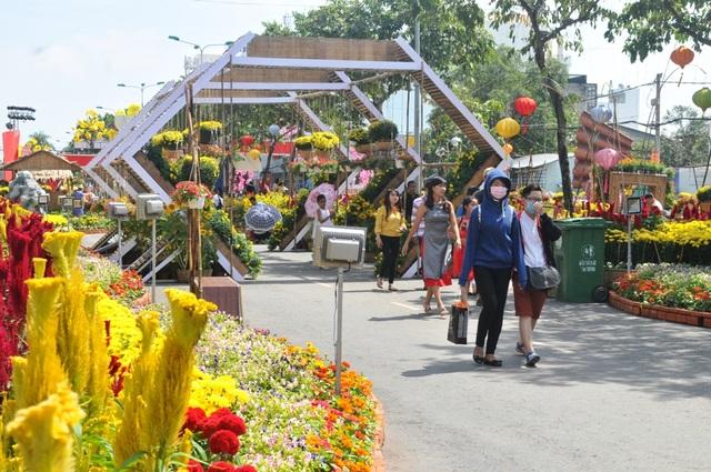Đường hoa được kết khoảng 80.000 giỏ hoa tươi các loại