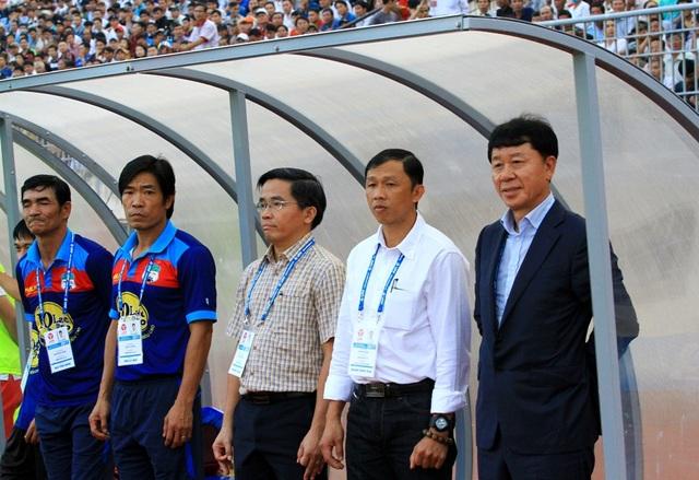 Giám đốc kỹ thuật Chung Hae Seong (áo vest) và HLV tạm quyền Dương Minh Ninh (áo trắng) trong cabin huấn luyện HA Gia Lai.