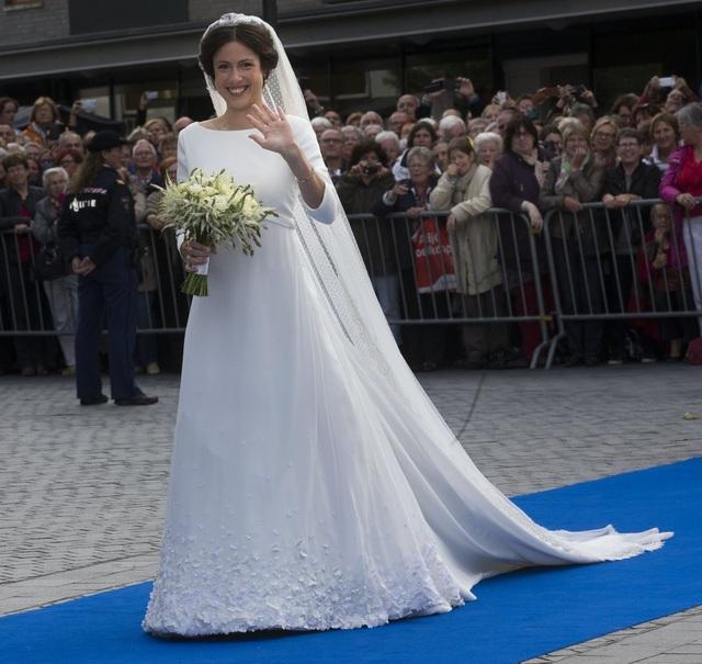 Cựu luật sư, nhà văn Viktoria Cservenyak đã chọn mẫu váy cưới của nhà thiết kế người Đan Mạch Claes Iversen trong đám cưới với Hoàng tử Jamie de Bourbon Parme của Hoàng gia Hà Lan vào năm 2013. (Ảnh: Getty)