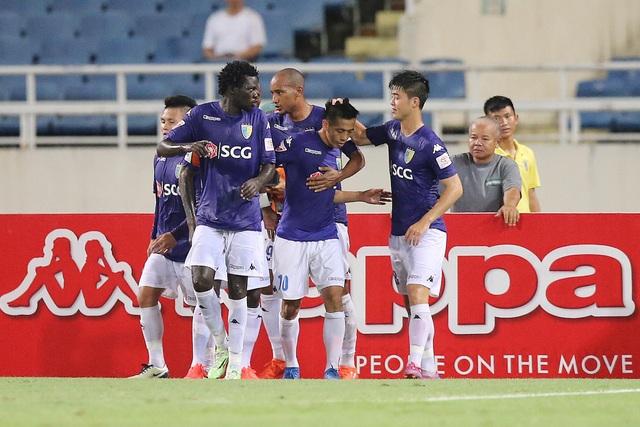 Các cầu thủ FC Hà Nội ăn mừng sau khi ghi bàn, ảnh: Minh Phương