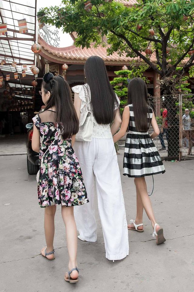 Hà Phương đưa hai con gái Angelina và Diana đi cùng trong chuyến từ thiện tại quê nhà.