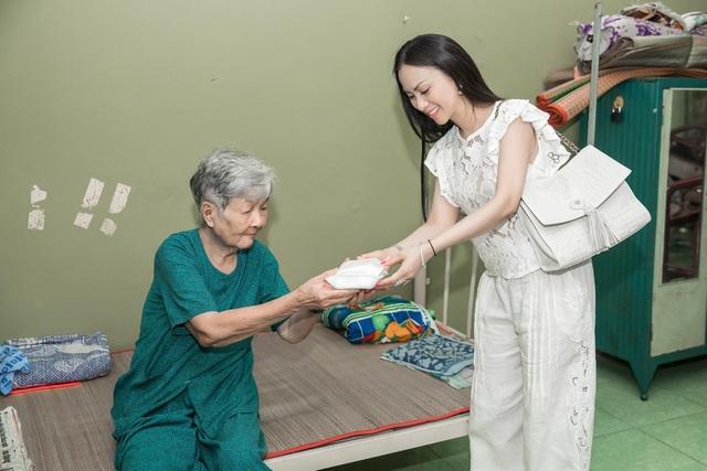 Hà Phương trao quà tận tay cho các hoàn cảnh kém may mắn.