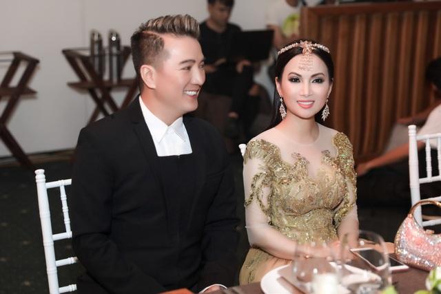 Ngồi cạnh ca sĩ Đàm Vĩnh Hưng, Hà Phương bày tỏ niềm vui trong chuyến về nước nhân dịp hè 2017.