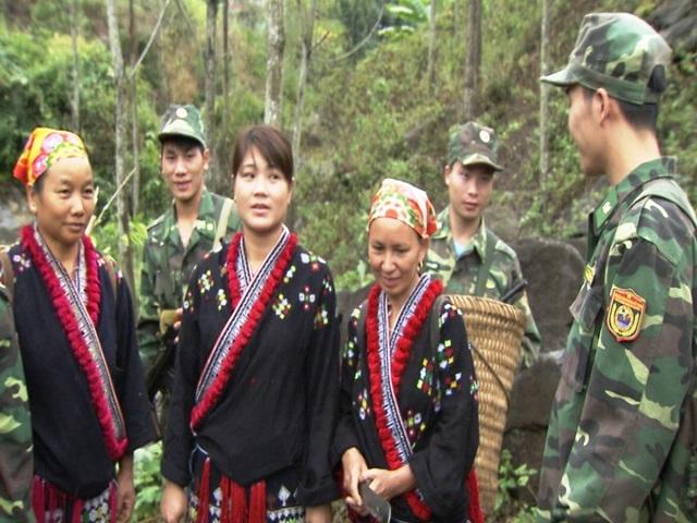 Các chiến sĩ Biên phòng đi tuần tra biên giới